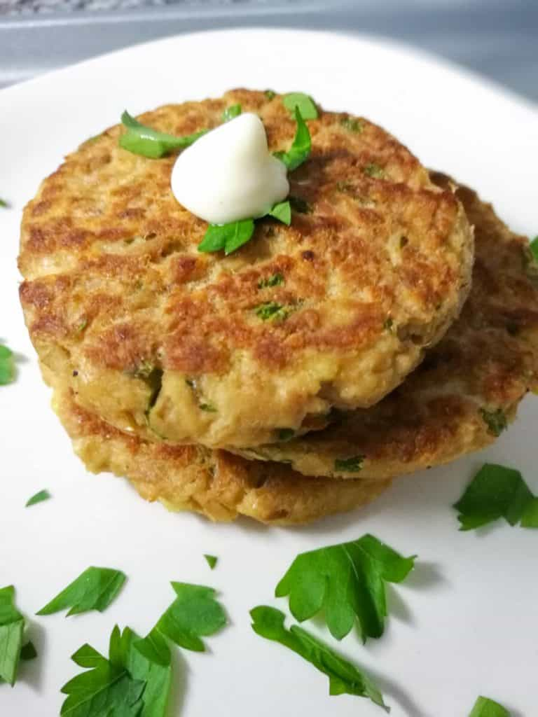 Quick and Easy Tuna Cakes ready in just 15 minutes, pretty neat when you need to prepare a quick dinner! | nashifood.com
